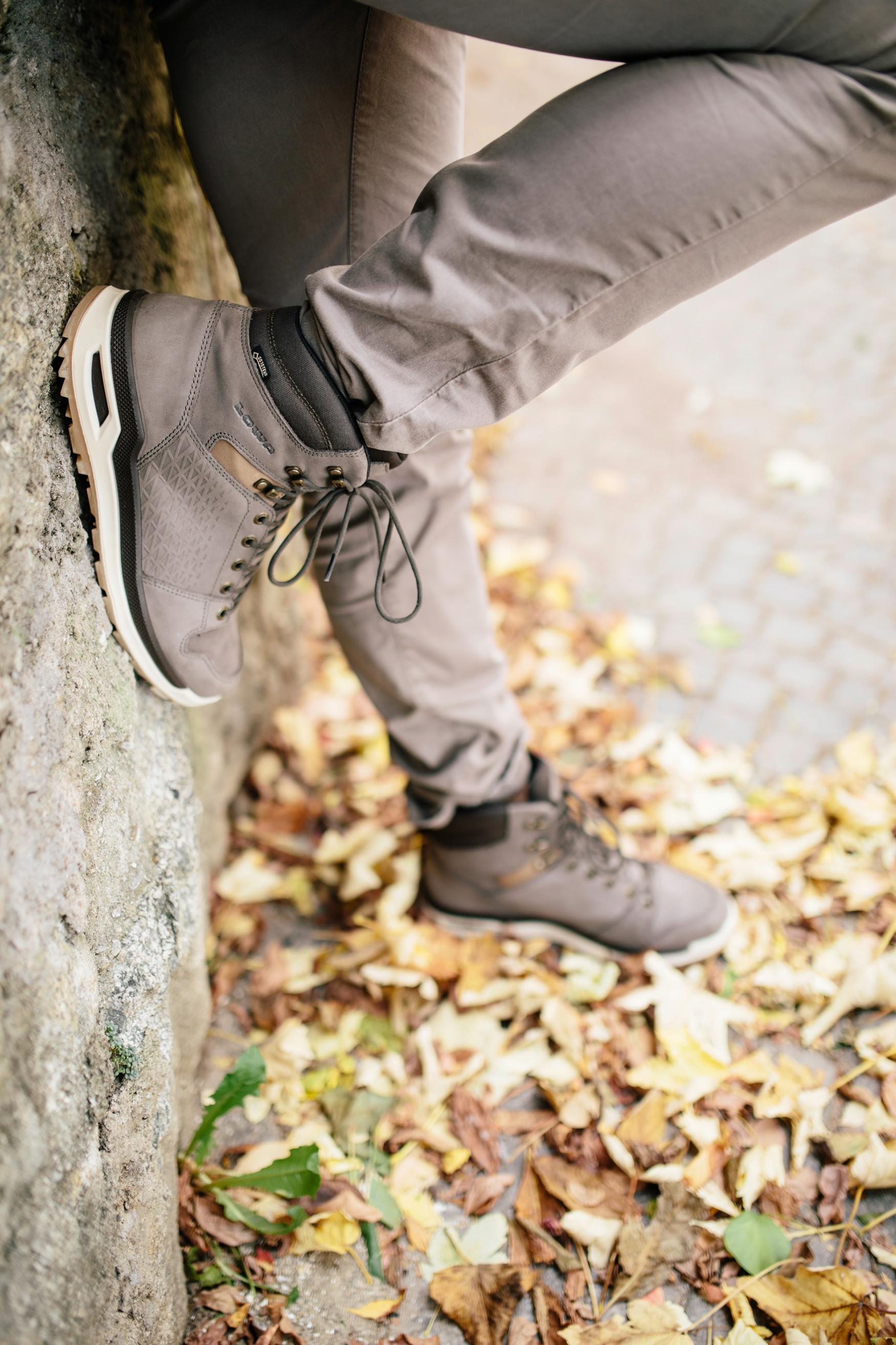 """""""Lifestyle meets outdoor"""": non c'è slogan più azzeccato per descrivere il versatile modello LOCARNO GTX® MID. Questa soluzione ibrida funzionale dal look casual crea calzature da escursionismo che non sfigurano ai piedi di chi segue le tendenze. Pelle goffrata, fodera in Gore-Tex®, una struttura LOWA MONOWRAP® ridotta, di nuova concezione e un'intersuola ammortizzante in LOWA DynaPU® conferiscono un look casual, garantendo al contempo anche un uso spontaneo all'aperto."""