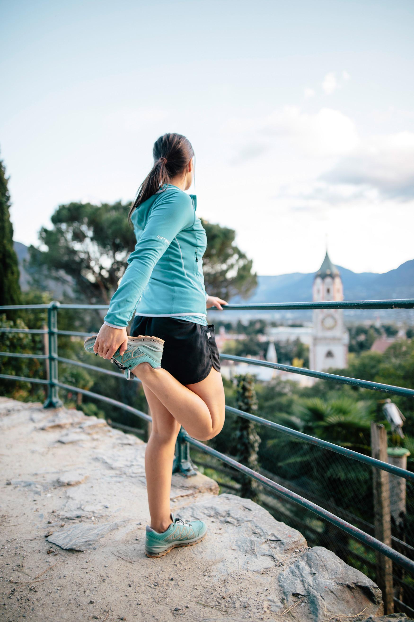 Wie op zoek is naar een lichte, flexibele en vooral comfortabele multifunctionele schoen, maakt met de AEROX GTX LO Ws de perfecte keuze. Dankzij de innovatieve GORE-TEX SURROUND®-technologie zijn een optimaal voetklimaat en maximaal draagcomfort te allen tijde gegarandeerd. Om aan de eisen van moderne outdoorsporters te voldoen, is de sportieve alleskunner voor vrouwen ook uitgerust met dempend LOWA DynaPU®, een stabilizer-frame en de LOWA MONOWRAP®.