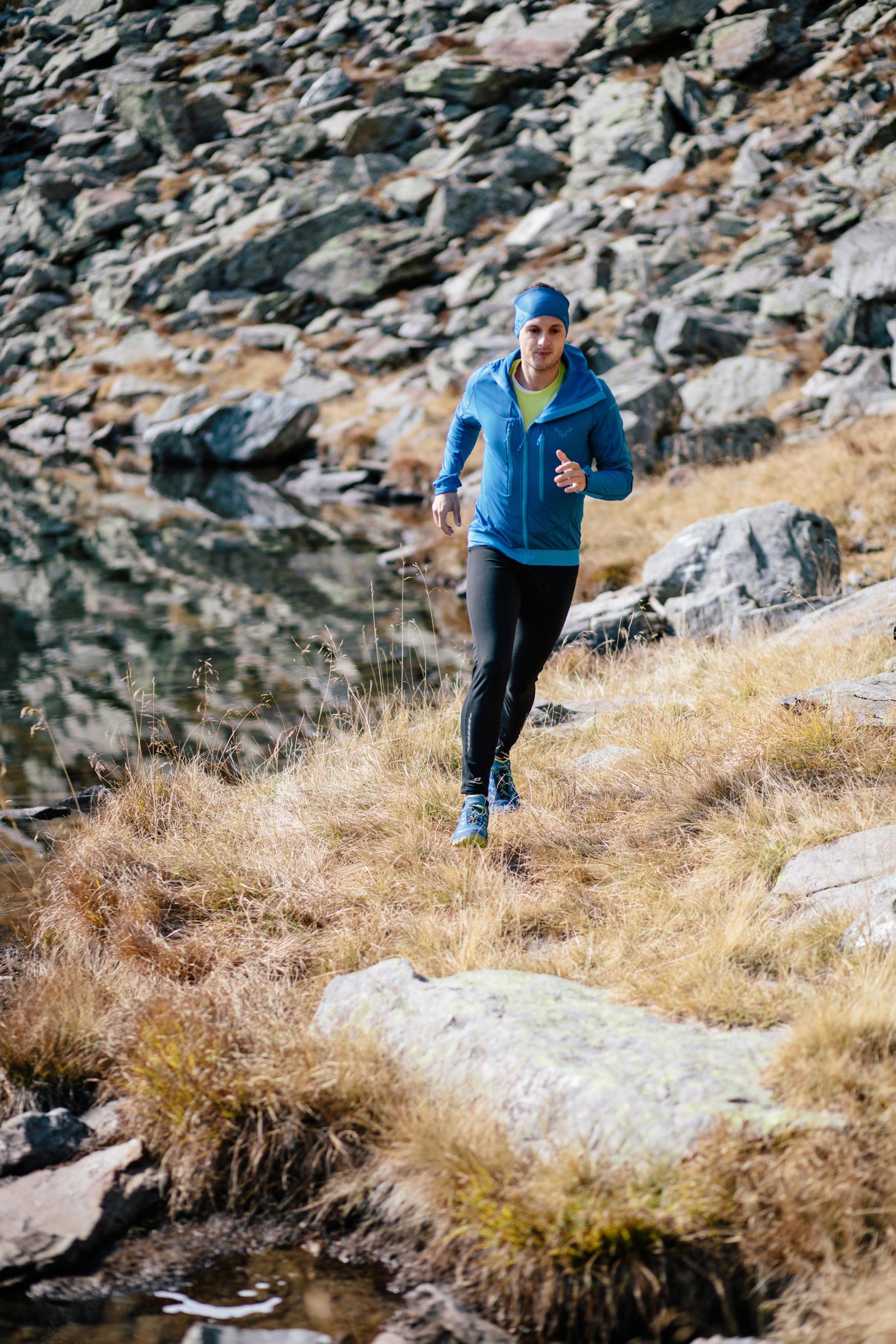 Reinschlüpfen, loslegen, wohlfühlen: Der neue Multifunktionsschuh AEROX GTX LO ist mit der 100% wasserdichten und atmungsaktiven GORE-TEX-SURROUND®-Technologie ausgestattet, die für ein rundum perfektes Fußklima sorgt. Aber auch die dämpfende LOWA DynaPU®-Sohle und der Stabilizer Frame garantieren besten Tragekomfort. In Kombination mit dem LOWA MONOWRAP® ist das sportlich-athletische Multitalent der perfekte Begleiter bei diversen Aktivitäten.
