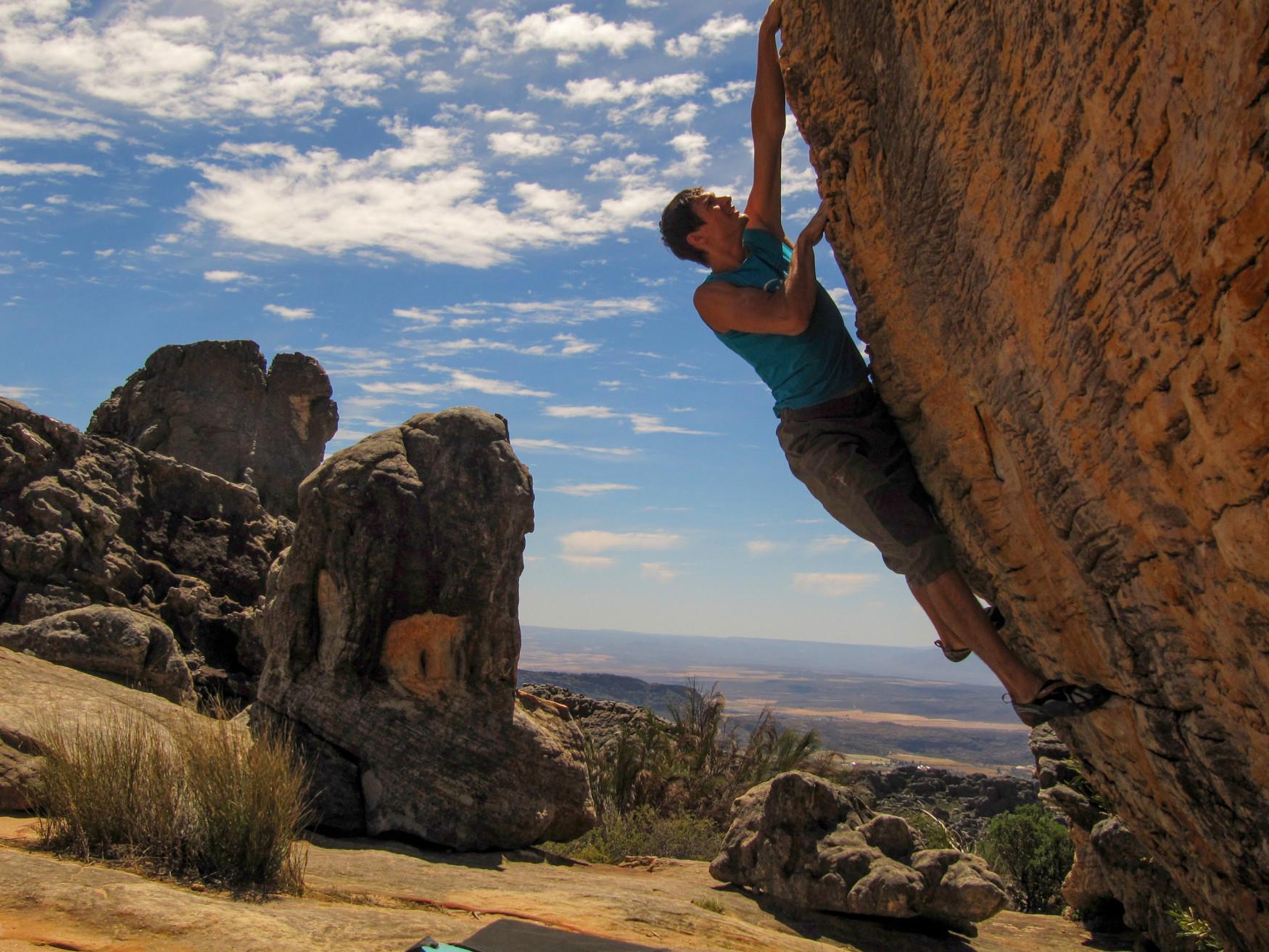 """Chi vuole arrampicare senza corda e imbracatura ha bisogno delle calzature giuste. Con X-Boulder LOWA è riuscita a creare una scarpa che convince sia gli appassionati di bouldering sia chi si arrampica all'aperto facendo sul serio. La sola tomaia in microfibra con i fori """"Air System"""" garantisce una ventilazione ideale dei piedi. La suola Vibram® XS-Grip® leggermente più rigida di X-BOULDER assicura una trasmissione ottimale della forza e un'elevata sensibilità alla superficie da affrontare."""