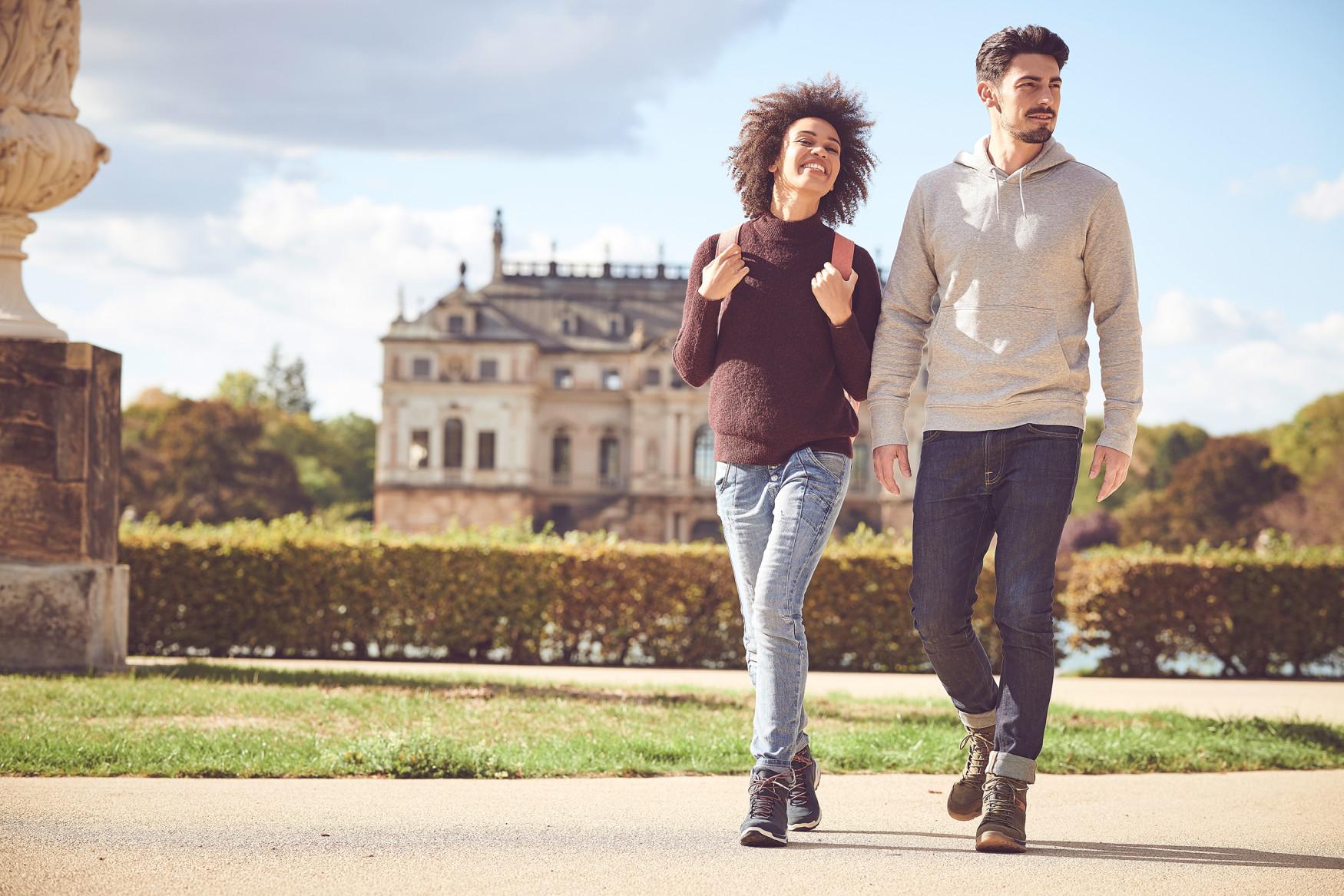 """""""Lifestyle meets Outdoor"""" damit lässt sich der vielseitige LOCARNO GTX MID am besten beschreiben. Mit der funktionalen Hybrid-Lösung im Casual-Look gelingt der Spagat zwischen Wander- und urbanem Lifestyleschuh. Geprägtes Leder, Gore-TEX-Futter, eine neu konzipierte, reduzierte LOWA-MONOWRAP®-Konstruktion und die dämpfende Zwischensohle aus LOWA DynaPU® sorgen für einen lässigen Look, ermöglichen aber auch gleichzeitig einen spontanen Outdooreinsatz."""