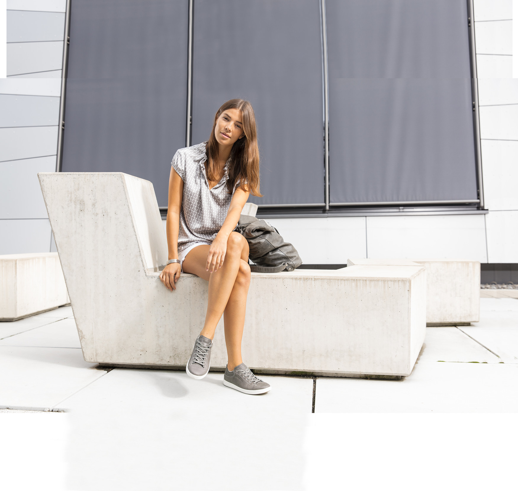 Sportlich und dezent und dabei trotzdem von bester Qualität – Frauen, die bei ihrem Freizeitschuhwerk keine Kompromisse eingehen möchten, greifen zum RIMINI LL Ws. Hier trifft eine klare und zeitlose Linienführung auf wertiges Glattleder in dezenten, erdigen Farben.  Kombinationsstark und mit einem soften Lederfutter ausgestattet, garantiert der Sneaker alle Eigenschaften, die es für den Alltag braucht. Mit einer integrierten LOWA-DynaPU®-Dämpfung bietet das Modell jede Menge Komfort für jeden Einsatz.
