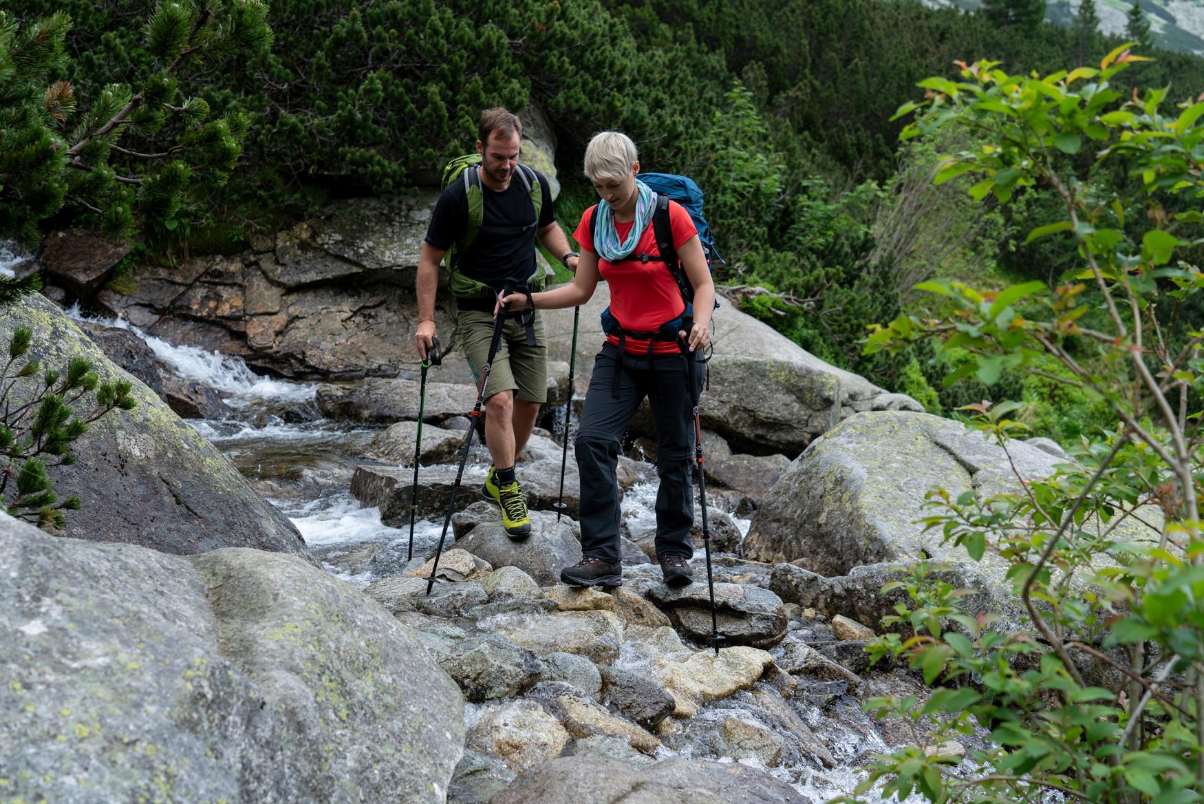 En terrain alpin, rocheux ou sur les chemins de randonnée, cette chaussure ne risque pas de passer inaperçue. CADIN GTX MID est un modèle sportif particulièrement polyvalent, bien connu et très apprécié des passionnés d'alpinisme. Cramponnable, il est également équipé d'une semelle d'usure Vibram® Mulaz. C'est le modèle idéal pour la plupart des conditions rencontrées en alpinisme. Et comme l'esthétique est aussi importante que la fonctionnalité, il comprend des détails très visuels comme une protection anti-éboulis ou des gaufrages caractéristiques.