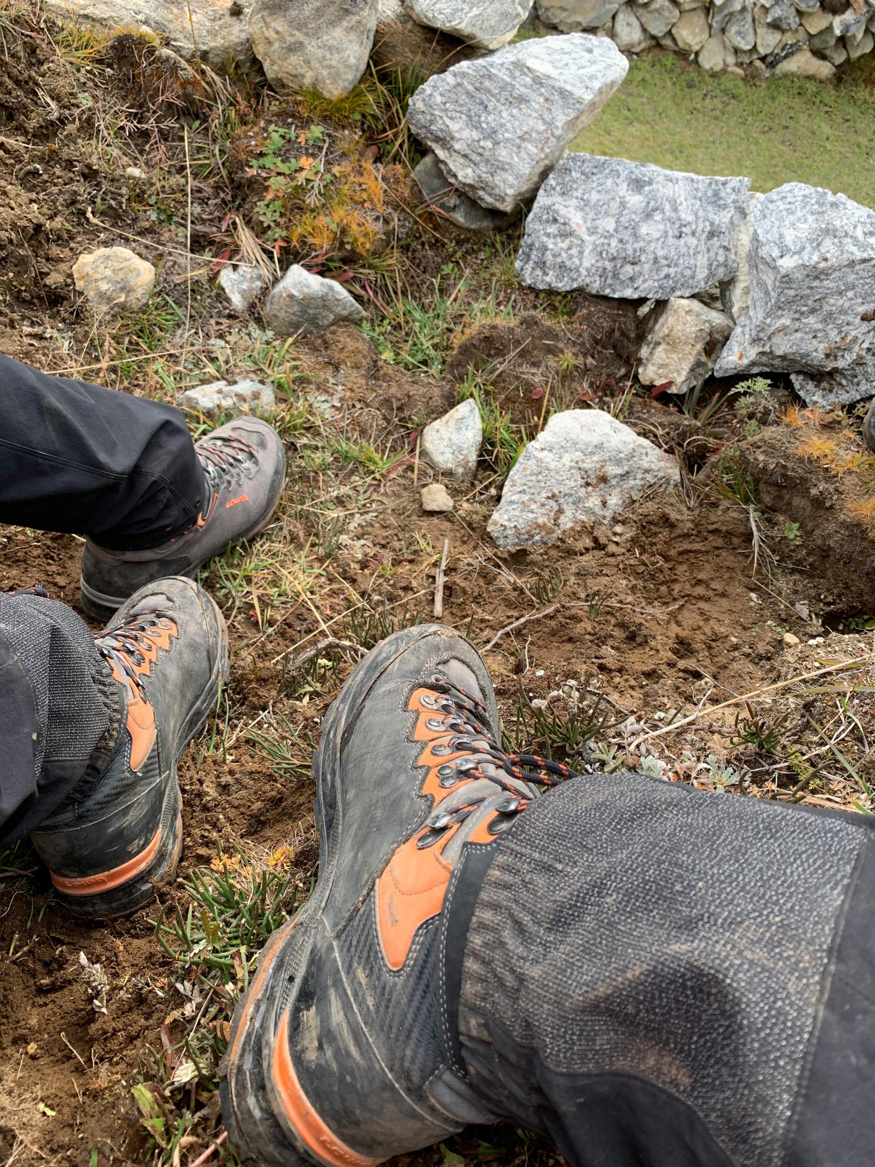 Een klassieker. Een alleskunner. Met de TICAM II GTX heeft LOWA een stabiele en comfortabele schoen gemaakt die net zo geschikt is voor veeleisende bergtochten als voor klettersteigen. Aan de buitenkant voorzien van prachtig suède, terwijl aan de binnenkant GORE-TEX is gebruikt. Zodat de voeten zelfs in natte omstandigheden lekker droog blijven. De Vibram® APPTRAIL-zool maakt ook op veeleisend terrein goede vorderingen mogelijk.