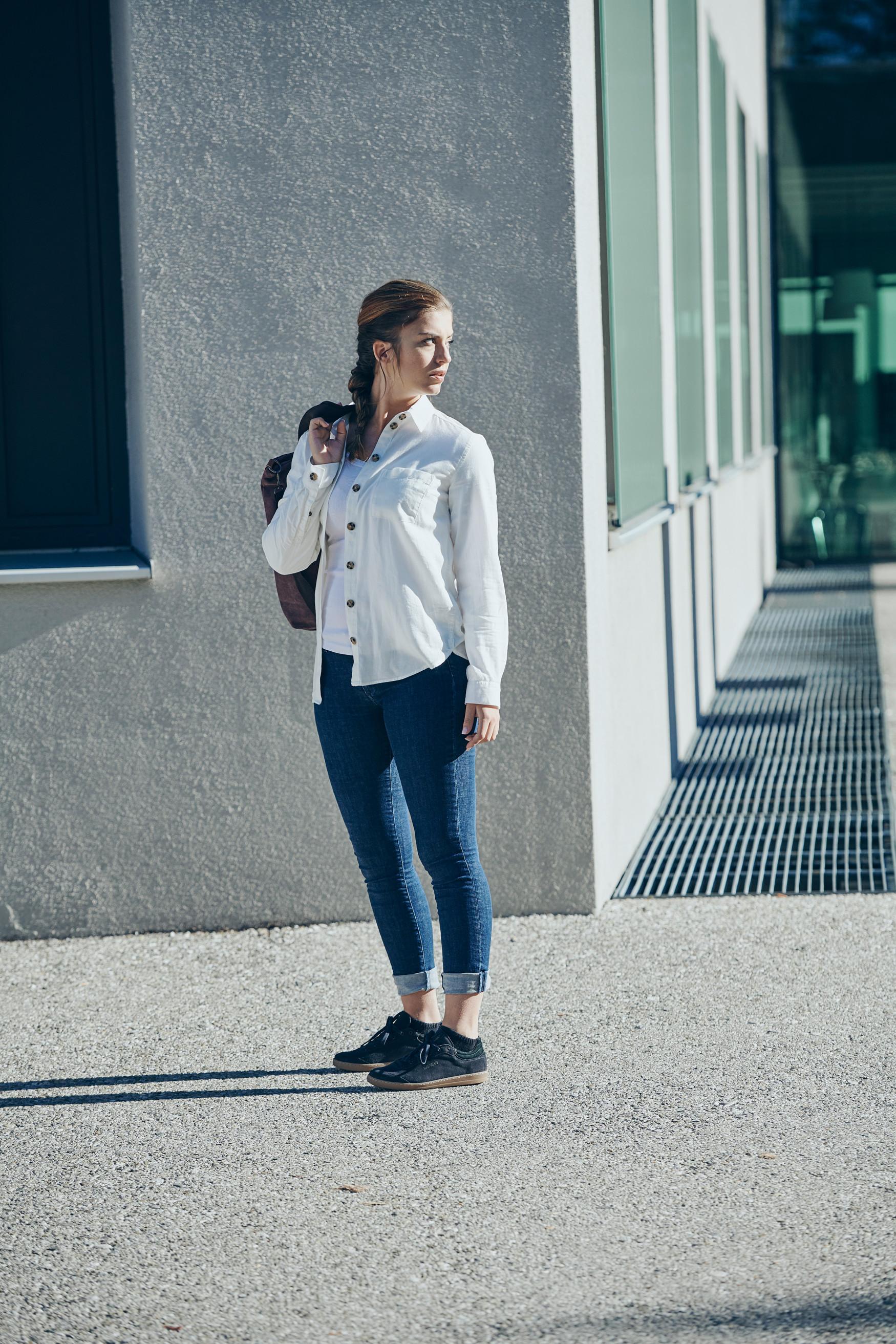 Op reis, in het dagelijks leven of op het werk: de vlotte vrijetijdssneakers ANCONA Ws baren overal opzien. Hun onmiskenbare oldschool design kan naadloos worden gecombineerd met uiteenlopende stijlen en modeaccessoires. En omdat uiterlijk alleen niet genoeg is, overtuigen de sneakers ook op functioneel gebied. Ze hebben bijvoorbeeld een dempende tussenzool van LOWA DynaPU®.