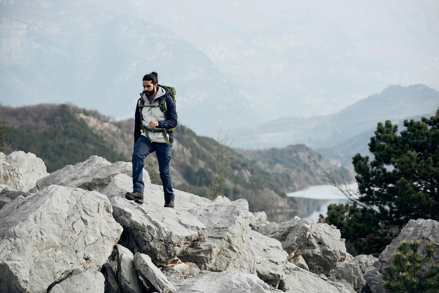 Ein Klassiker. Ein Alleskönner. Mit dem TICAM II GTX hat LOWA einen stabilen sowie bequemen Schuh geschaffen, der es mit anspruchsvollen Bergtouren genauso gerne aufnimmt, wie mit Klettersteigen. Außen mit schönem Veloursleder ausgestattet, kommt im Innenleben GORE-TEX zum Einsatz. Damit es auch bei nassen Verhältnissen schön trocken zugeht. Mit der Vibram®-APPTRAIL-Sohle gehts auch in anspruchsvollem Gelände gut voran.