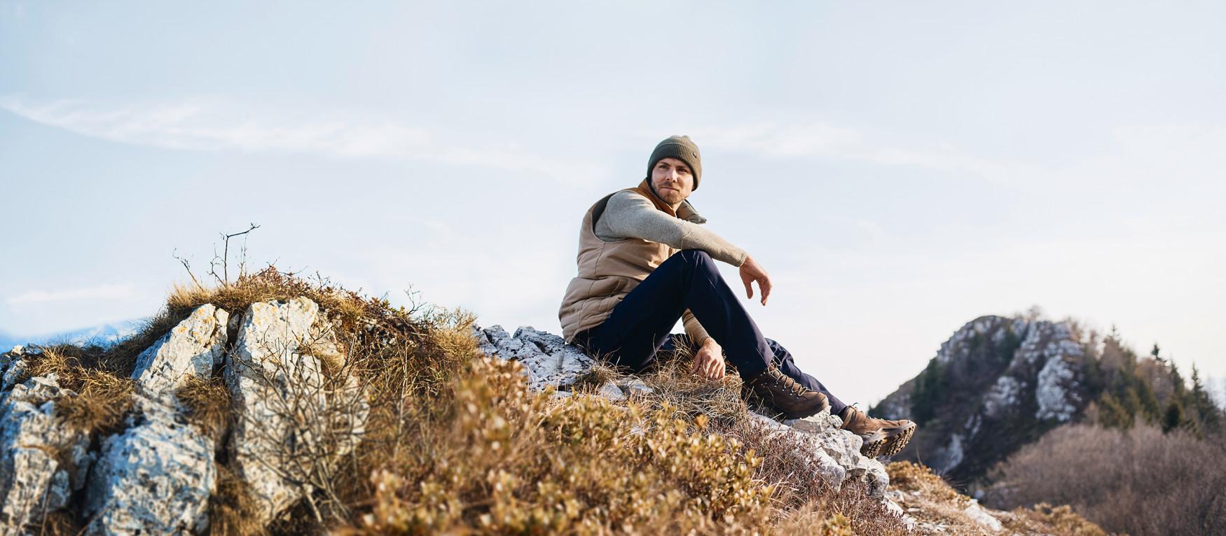 Een multitalent dat zich heeft ontwikkeld tot cultschoen. De klassieker onder de multifunctionele schoenen biedt ook na twee decennia zijn waarde te hebben bewezen nog een tijdloos frisse look en een optimaal loop- en draagcomfort. De schacht- en zoolconstructie zorgt voor goede prestaties bij een optimaal draagcomfort en opent daarmee talloze toepassingsmogelijkheden. Zowel bij de drukke dagelijkse activiteiten als op een spontane tocht over verhard terrein is de RENEGADE GTX MID de ideale metgezel.