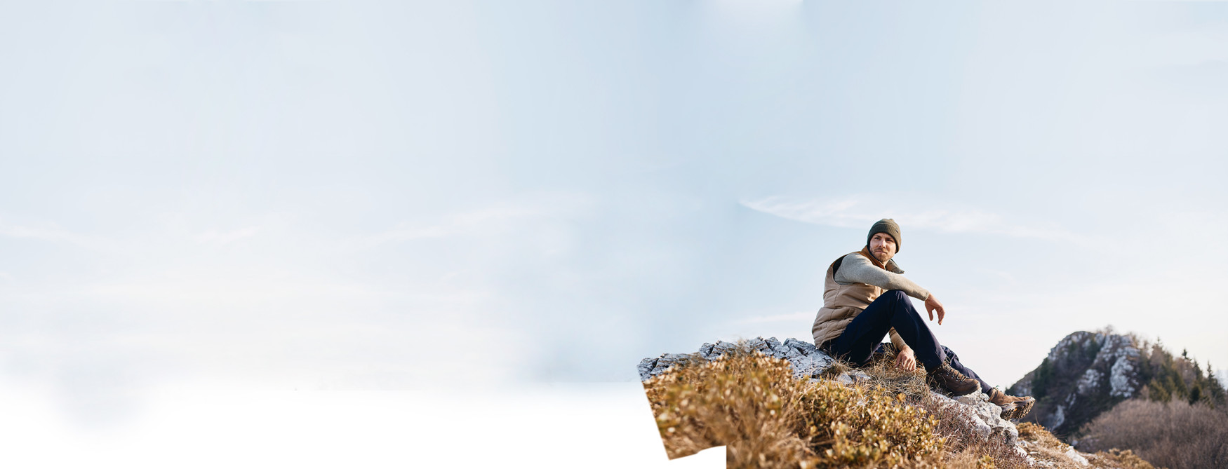 Ein Multitalent, das zum Kultschuh wurde. Der Klassiker unter den Multifunktionsschuhen wartet auch nach zwei Jahrzehnten bewährten Einsatzes mit zeitlos-frischer Optik und bestem Geh- und Tragekomfort auf. Die stabile Schaft- und Sohlenkonstruktion sorgt für gute Stabilität und Halt und eröffnet damit eine Vielzahl an Einsatzmöglichkeiten. Ob aktiver Alltag oder spontane Tour durch befestigtes Terrain – im  RENEGADE GTX MID findet man den idealen Begleiter.