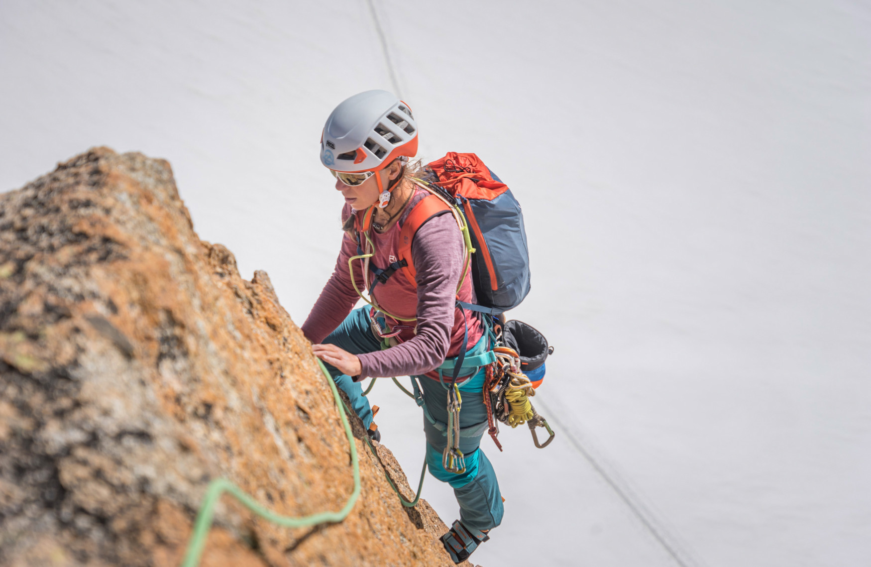 Climbing is a fascinating sport that is attracting more and more female athletes. LOWA's SPARROW Ws is a climbing shoe developed especially for women, a shoe that meets the anatomic requirements of women's feet. You can easily adjust this performance shoe to your needs using its three Velcro straps that run in opposing directions. It is also a true lightweight, at about 270 grams per shoe. This feature makes a positive impression with every step, just like the shoe's pleasant inner lining.