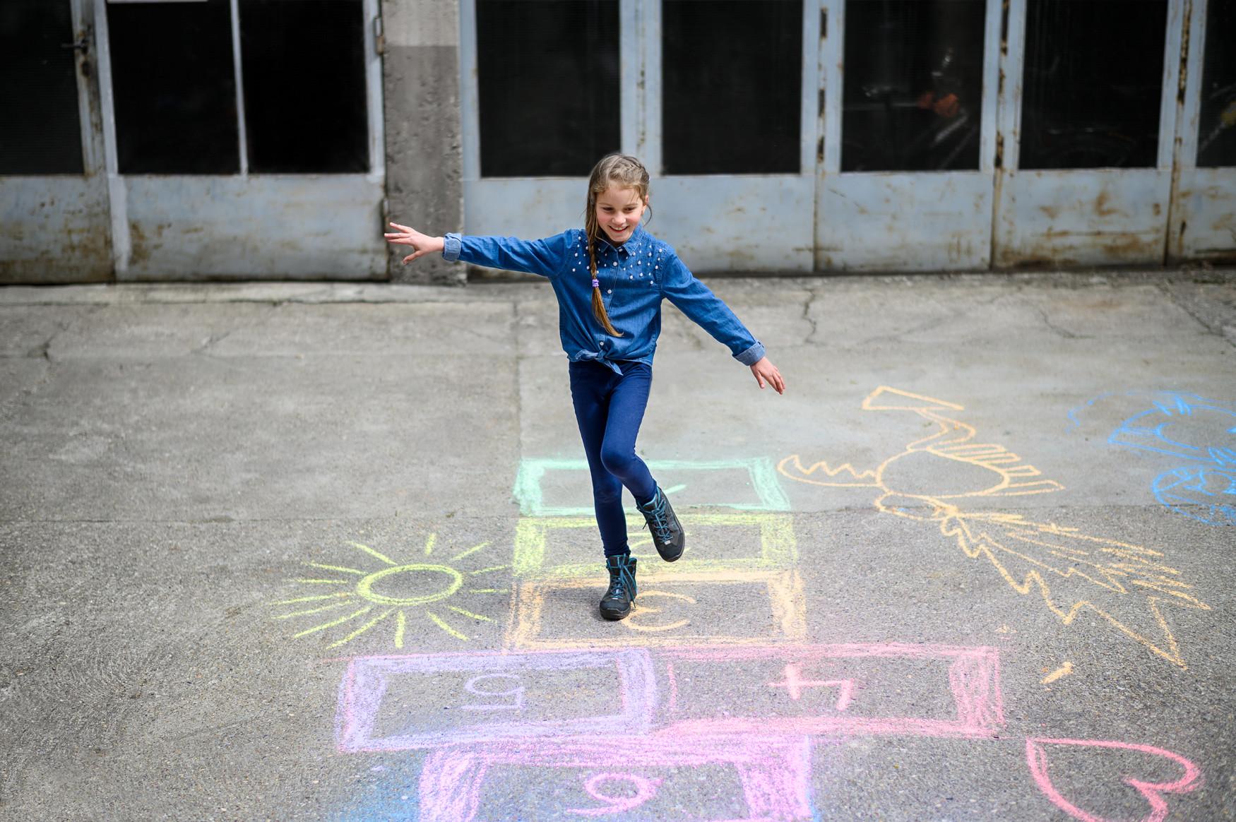 Lichte wandeltochten op verharde wegen, maar ook de bijzondere eisen die de dagelijkse activiteiten van kinderen stellen, zijn het speelterrein van deze sportieve kinder-outdoorschoenen. De dynamische look is sterk gericht op de approachschoenen van volwassenen. Uitgerust met talrijke functies wordt met de APPROACH GTX® MID JUNIOR elke dag een avontuur.