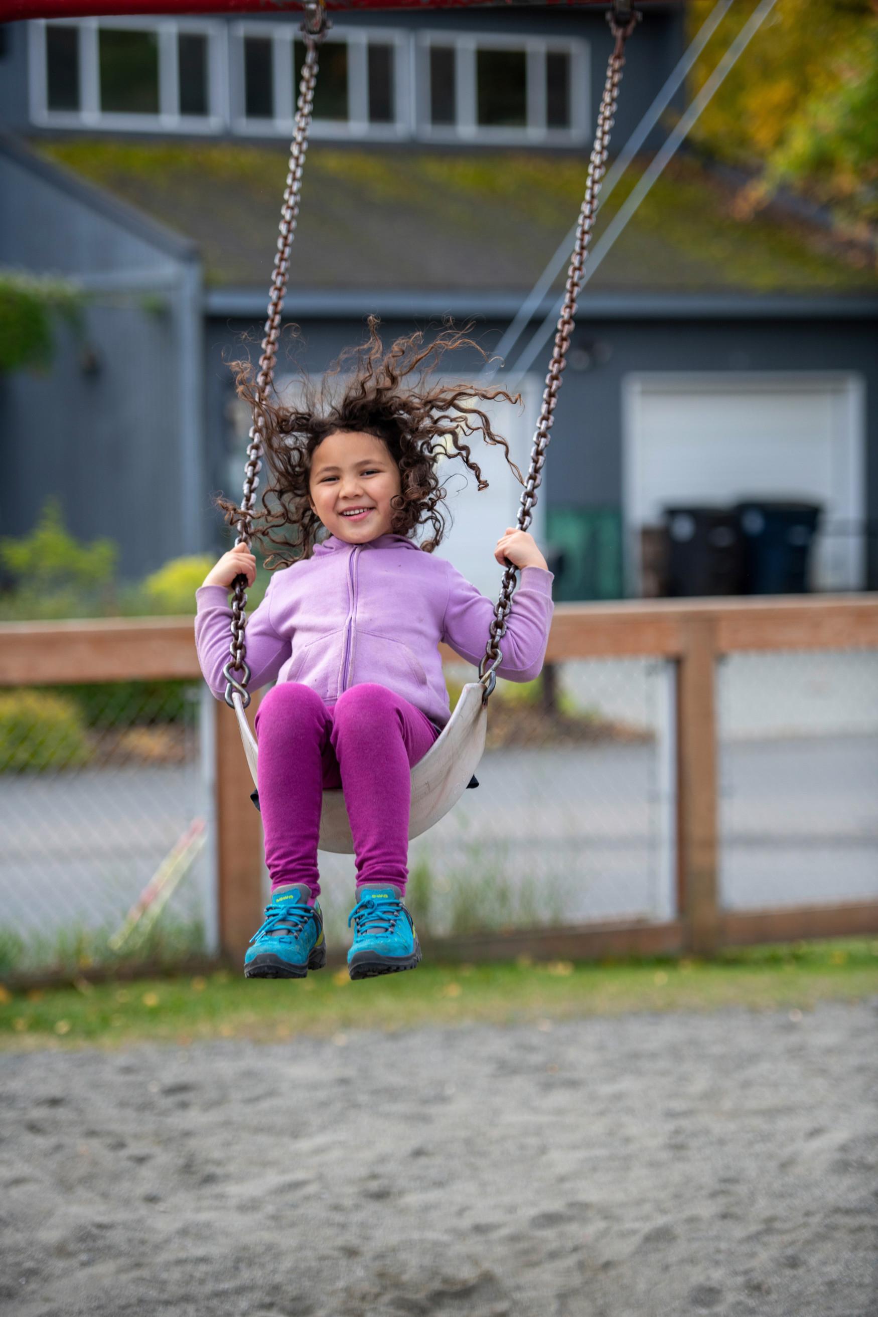 Als het gaat om de pasvorm van kinderschoenen, zijn compromissen niet mogelijk. Kinderchirurg en manueel therapeut Micha Bahr is daar meer dan overtuigd van en ontwikkelt daarom opnieuw samen met LOWA de LEDRO GTX® LO JUNIOR. De lage schoen, speciaal ontwikkeld voor de eisen die kindervoeten stellen, voldoet aan alle criteria van de specialist. Denk daarbij bijvoorbeeld aan een geoptimaliseerd afrolgedrag, de perfecte enkelstabilisatie dankzij de LOWA MONOWRAP®-opbouwzool en voldoende ruimte voor de tenen.
