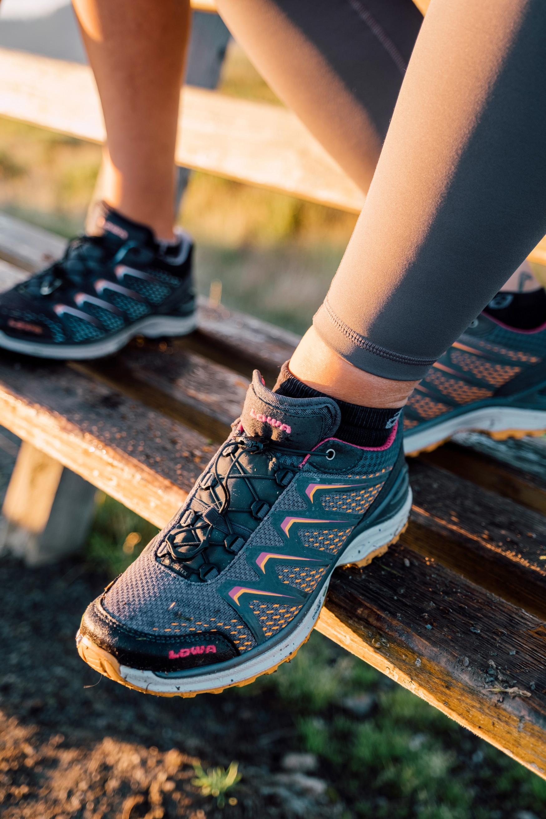 Met de luchtige, lichte en waterdichte multifunctionele schoen MADDOX GTX LO Ws voor vrouwen voelen avonturiers zich thuis op elk terrein – op outdoorvakantie en in de vrije tijd. Met de praktische speed-lacetechnologie kan de sportschoen snel en gemakkelijk worden aangepast aan individuele behoeften, terwijl het GORE-TEX-membraan zorgt voor droog blijvende voeten.