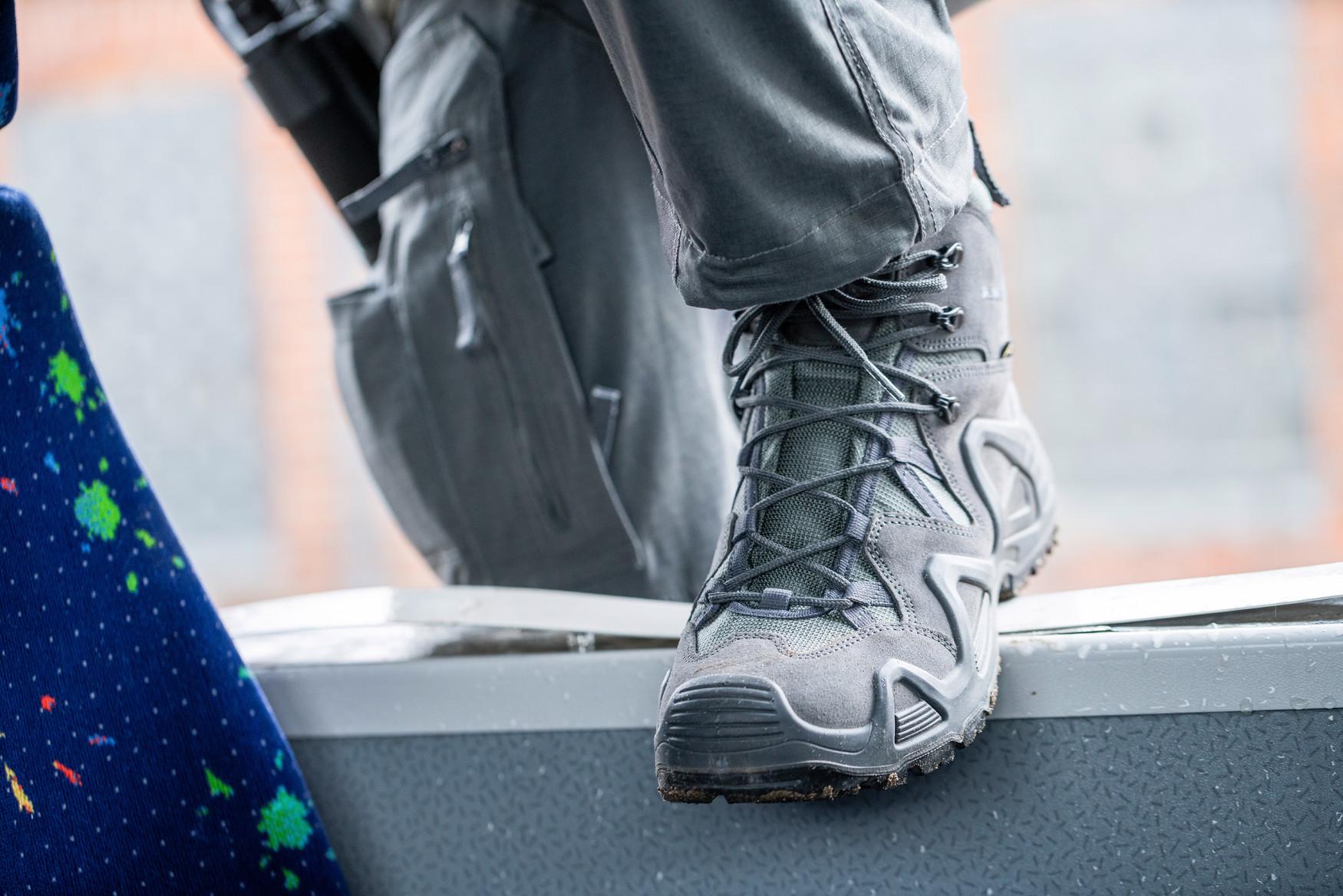 Die zertifizierte Damenversion des Einsatz-Multitalents: Mit dem Z-8S Ws C bietet LOWA einen robusten Schuh, der durch Funktionalität und niedriges Gewicht überzeugt.  Er ist perfekt abgestimmt auf Einsätze in trockenen Regionen mit schwierigem Gelände und Märsche mit mittelschwerem Gepäck. Diese Eignung wird ebenfalls durch die einsatzoptimierte Gummimischung und Profilierung der Sohle unterstrichen. Der wärme- und kälteisolierende Sohlenkomplex bietet rutschhemmende, öl- und kraftstoffbeständige Eigenschaften und ist resistent gegen Kontaktwärme. Der mittelhohe Schaft aus besonders strapazierfähigem Büffelleder sorgt für optimalen Halt und Unterstützung, während das langlebige PU-Material der Sohle durch unterschiedliche Härtegrade eine sehr gute Dämpfung und Trittstabilität ermöglicht. Der Z-8S Ws C ist zudem antistatisch.
