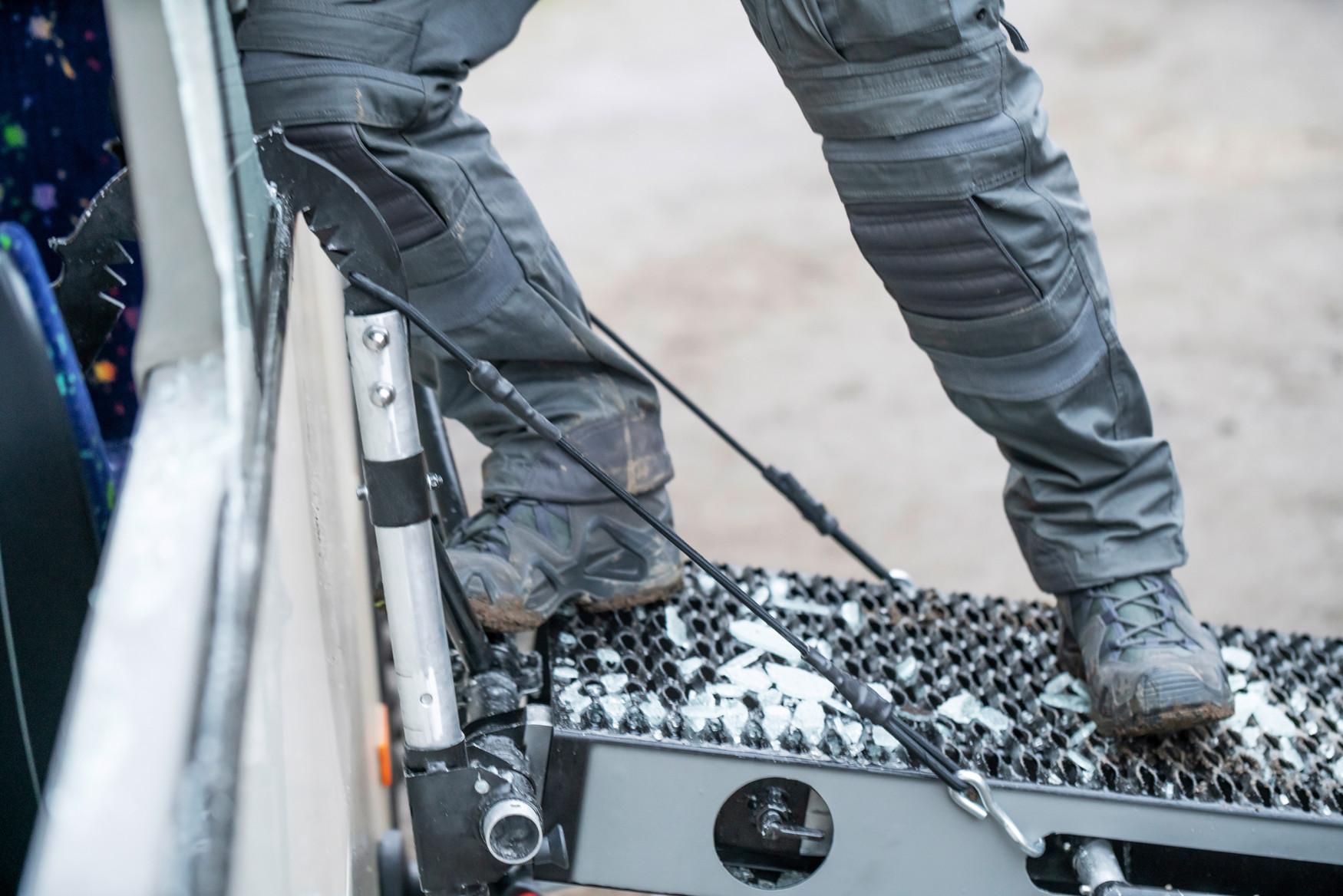 Die Damenversion der Elite: Der ELITE EVO N GTX Ws vereint ideale Passform mit überragender Funktionalität. Der leichtgewichtige Schuh bietet durch die einsatzoptimierte Gummimischung und Profilierung der Laufsohle maximale Rutschhemmung auch im Gelände. Der wärme- und kälteisolierende Sohlenkomplex des zertifizierten Modells bietet zudem öl- und kraftstoffbeständige Eigenschaften und ist resistent gegen Kontaktwärme. Die intelligent angebrachten, großflächigen Textilgewebefenster im seitlichen Fuß- und Schaftbereich lassen selbst bei sommerlicher Hitze Luft im Schuh zirkulieren. Die eingearbeitete feuchtigkeitsableitende GORE-TEX-Membran sorgt zusätzlich für durchgängigen Schutz vor Nässe von außen. Aus strapazierfähigem Nubukleder gefertigt, antistatisch, neubesohlbar und mit 2-Zonen-Schnürung versehen verspricht der ELITE EVO N GTX Ws hervorragenden Tragekomfort bei langer Lebensdauer.