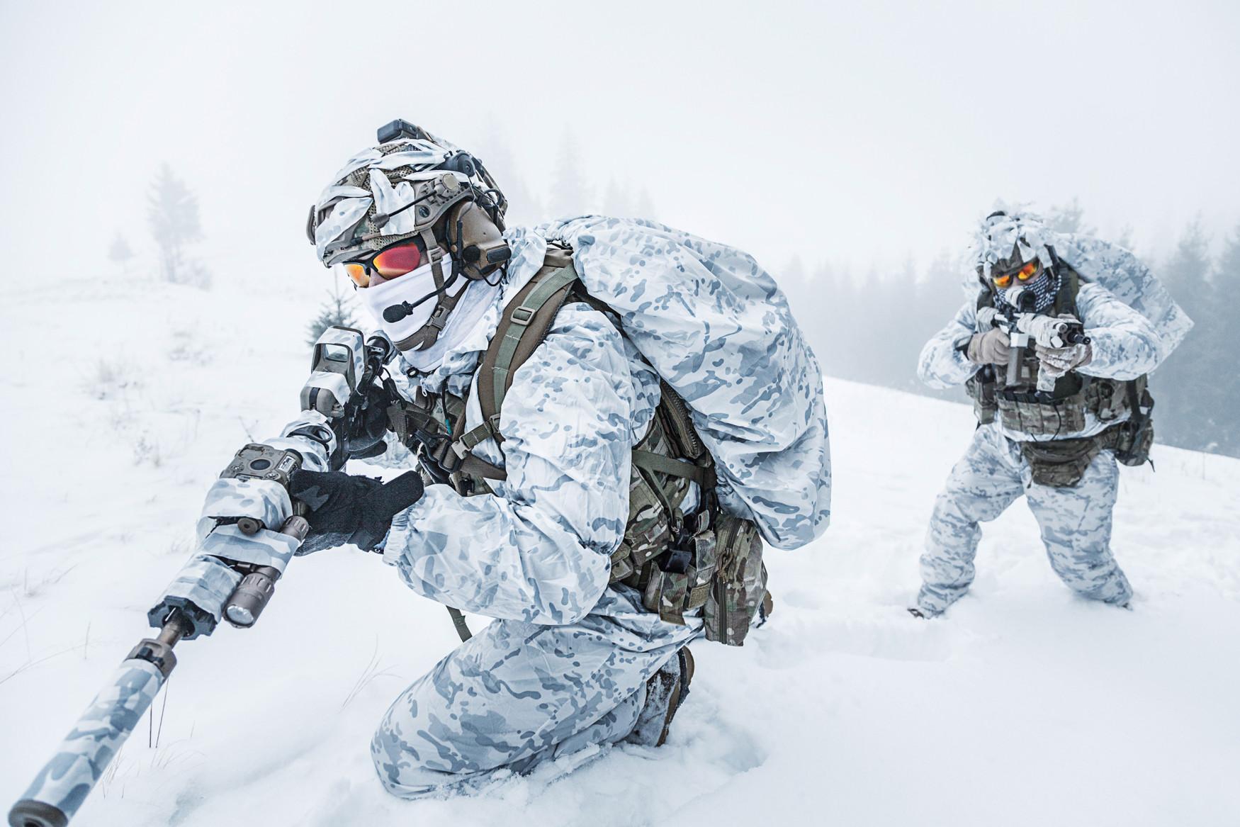 Wenn sich die Elemente im Winter von ihrer rauheren Seite zeigen, ist die Zeit des R-8 GTX THERMO gekommen. Das warme Wintermodell ist abgestimmt auf den Einsatz in winterlichem und unwegsamen Terrain und fühlt sich an kühlen Wintertagen erst richtig wohl. Die Fütterung mit Primaloft®-400-Material hält die Füße warm, während die Laufsohle mit Vibram®-Arctic-Grip-Technologie und speziell auf niedrige Temperaturen abgestimmter Gummimischung den nötigen Halt gibt. Optimales Fußklima auch bei erhöhter Aktivität garantiert das Futter mit GORE-TEX-Membran. Bei aller Funktionalität bleibt der R-8 GTX THERMO dabei aber leicht im Gewicht und überzeugt mit überragendem Komfort.