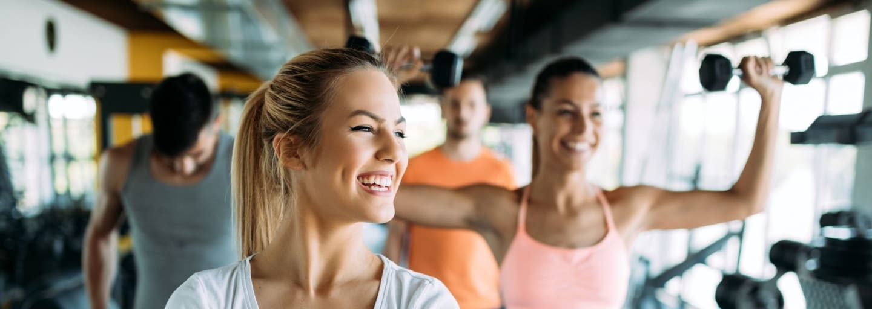 Donne con pesi per aumentare la forza