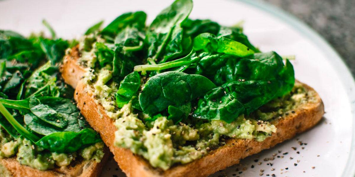 Toast con avocado e spinaci