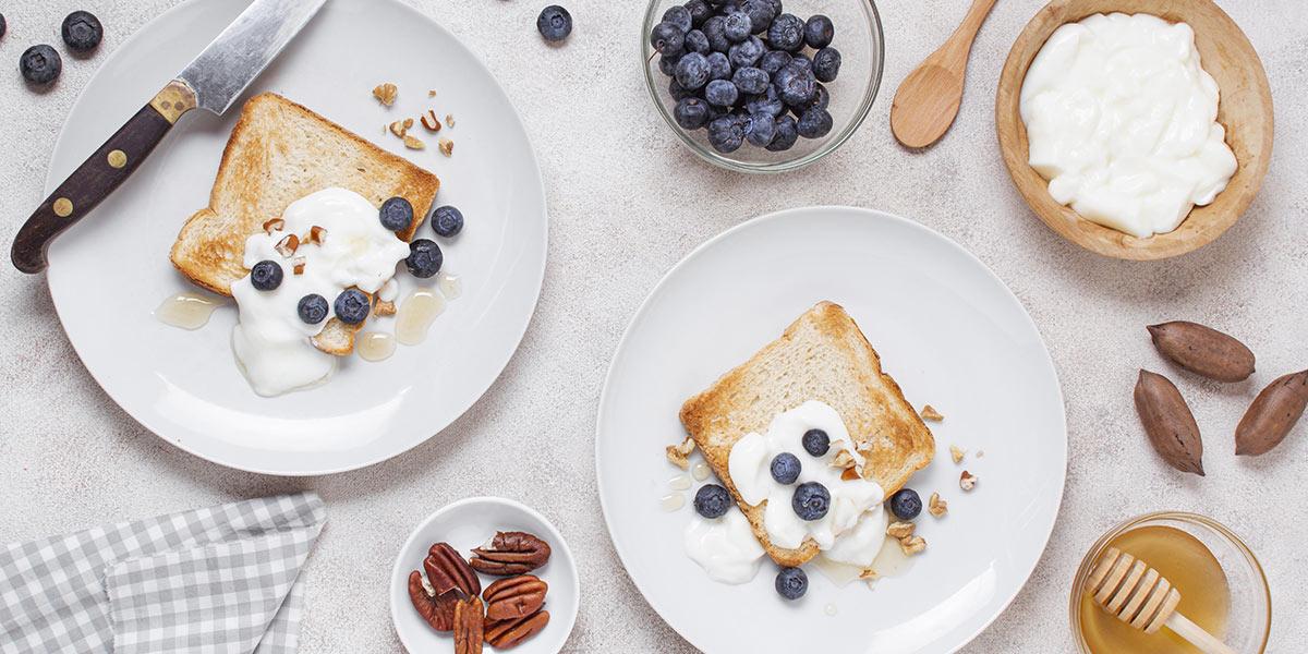 Piatti con toast e frutta