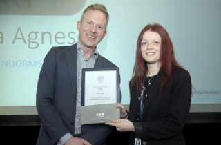 Teya Agnese receives her award from Saïd Business School's Jo Harris