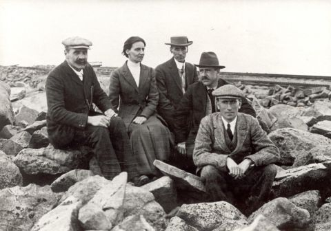 Five scientists pictured together on the rocky summit includes Mabel FitzGerald, Haldane and Douglas