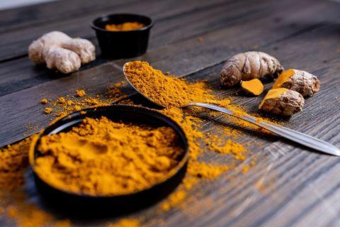 Raw and powdered turmeric.