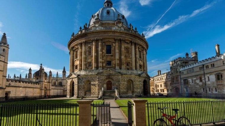 Photo of Radcliffe Camera from front gate