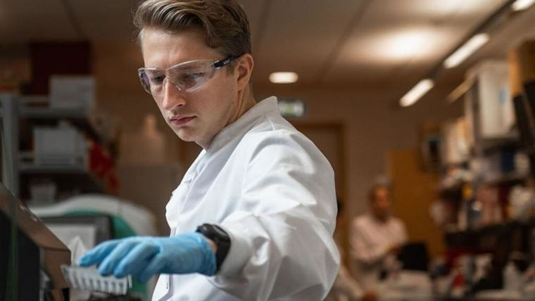 A Jenner researcher working in the lab