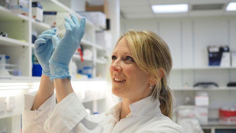 Annina Schmid in the lab