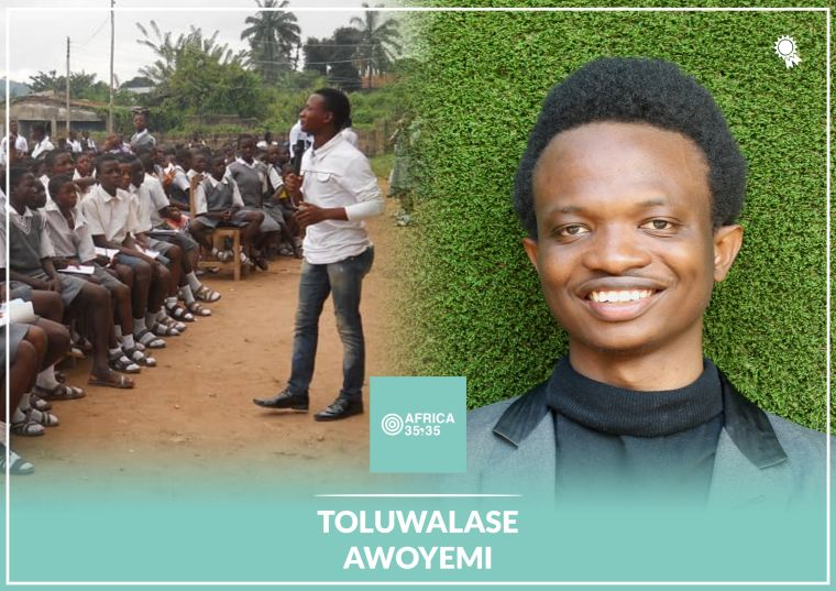 Toluwalase Awoyemi talking to a group of students in Nigeria