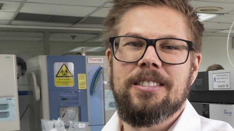Profesor Joel Tarning in a laboratory.