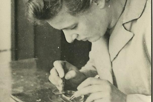 Marianne Fillenz working in her lab