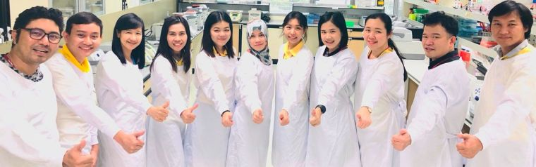 Molecular Malaria Lab members in a semi-circle doing thumbs up.