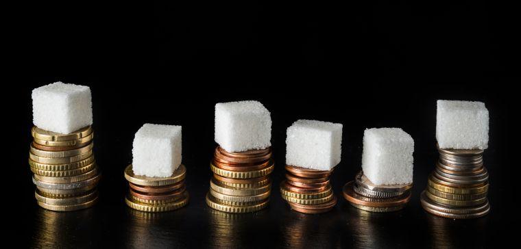 6 sugar lumps balanced on 6 piles of coins