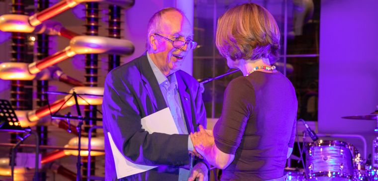 The EQUATOR Network Education and Training Manager, Caroline Struthers received the Cochrane-REWARD Prize from the hands of Sir Iain Chalmers during the gala dinner of the Cochrane Colloquium in Edinburgh, this Monday 17 September.