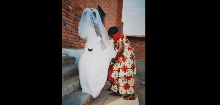 This picture show us a wedding despite the war, people have not stopped marrying and have not stopped thinking of new projects. People marry despite the war.