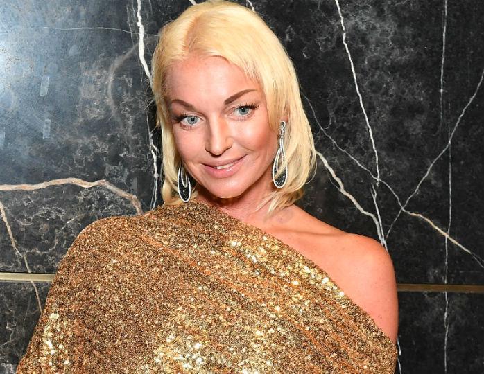 Анастасия Волочкова в рваных джинсах и свитере поужинала камчатским крабом с женихом