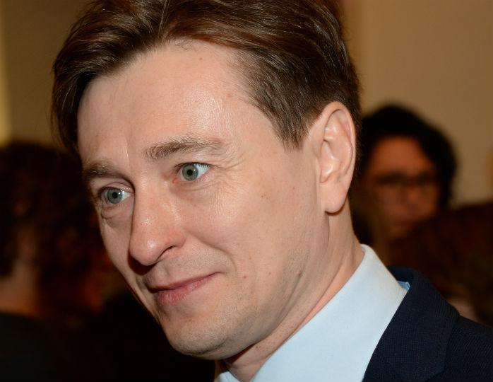 «Хозяюшки»: Сергей Безруков запечатлел, как жена с дочкой готовят домашние котлеты