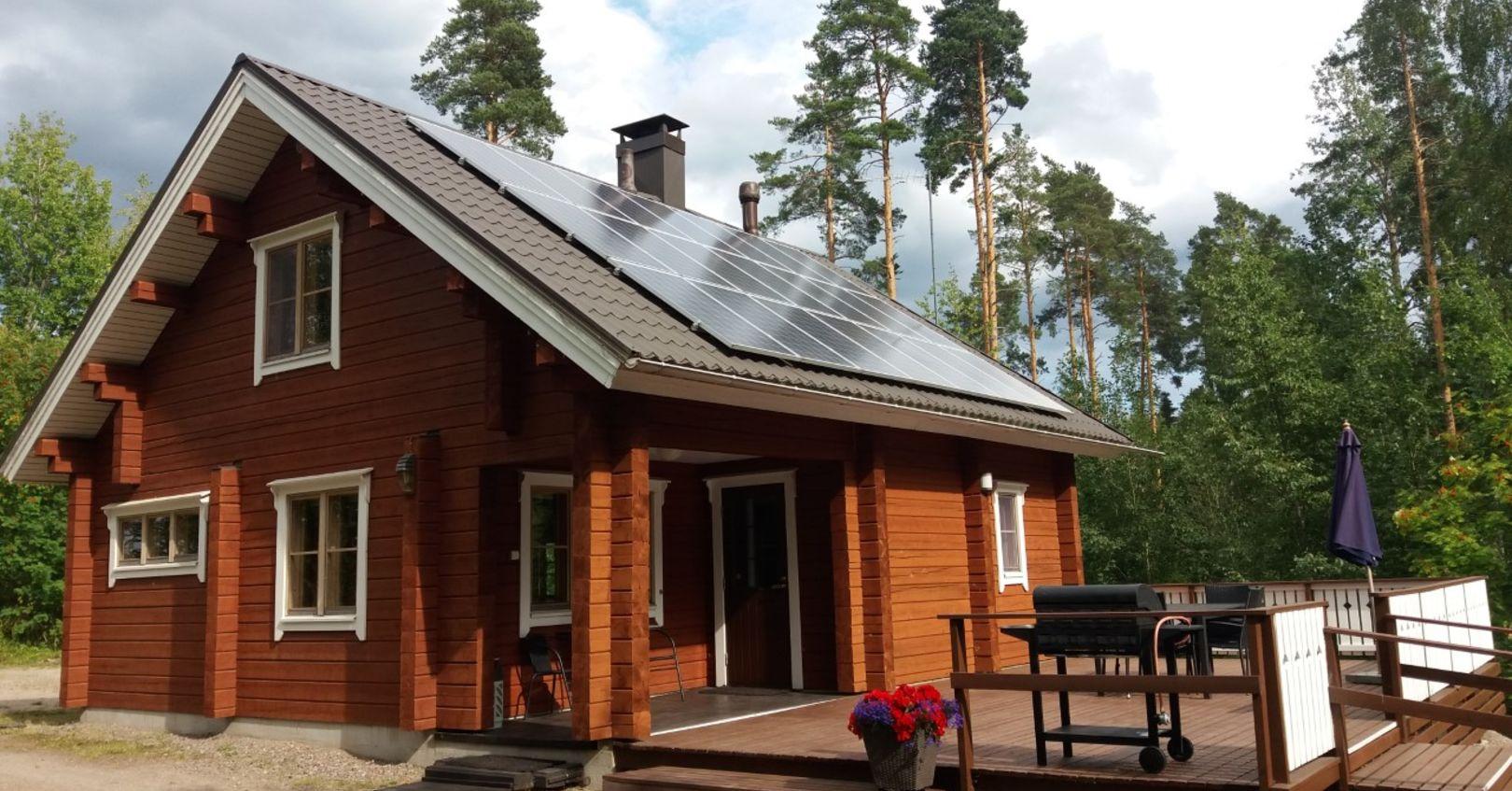 Hiekkuri piha ja aurinkopaneelit Hykkilän Huvilat