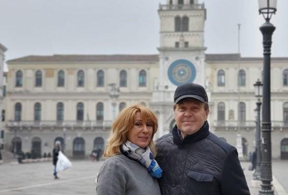 Подруга Льва Лешенко назвала дорогу из США потенциальным местом заражения певца коронавирусом