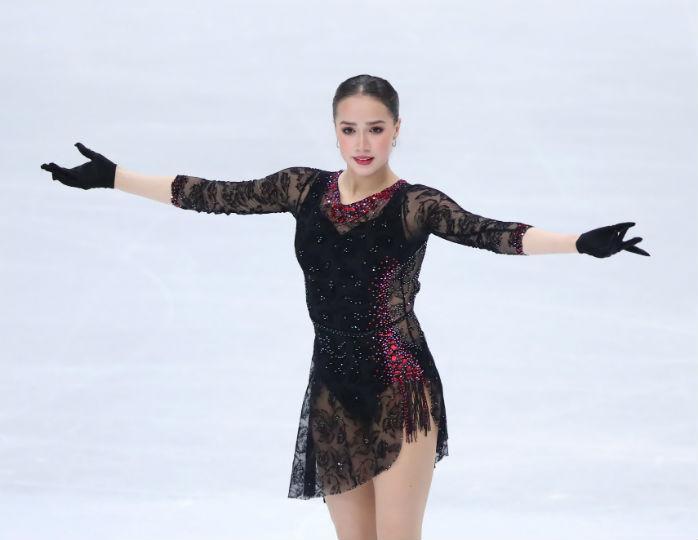 Алина Загитова в бордовом худи поделилась серией упражнений для стройной талии