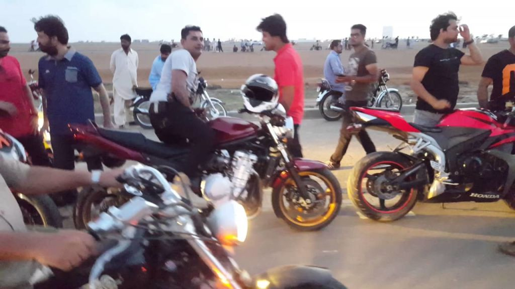 30,000 bike riders in Karachi suffer head injuries due to not wearing a helmet - Automark