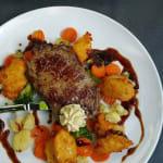EIFEL Rumpsteak/ Kartoffelkrapfen/ Gemüse/ Kräuterbutter