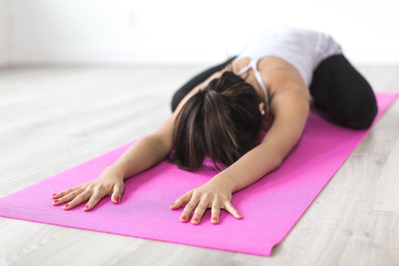 Kvinde på yogamåtte