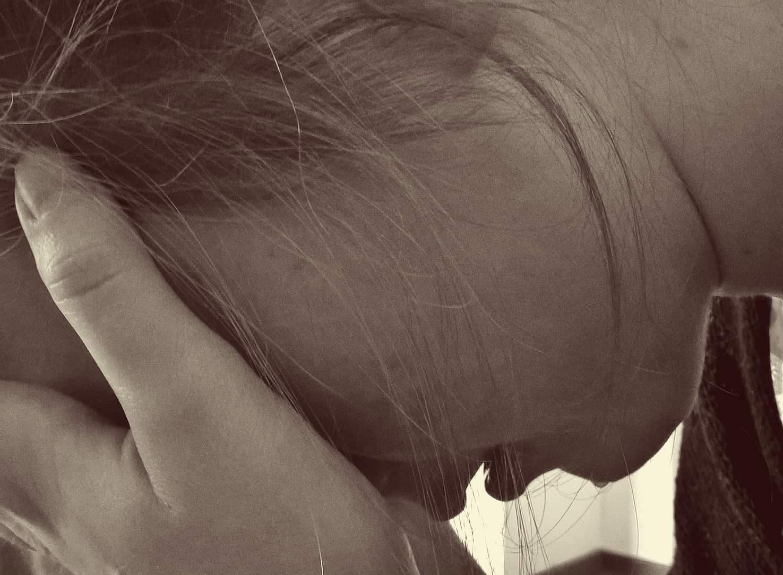 Ung kvinde græder