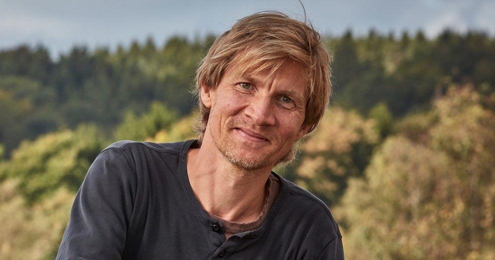 Graver Jesper Christensen på minitraktor