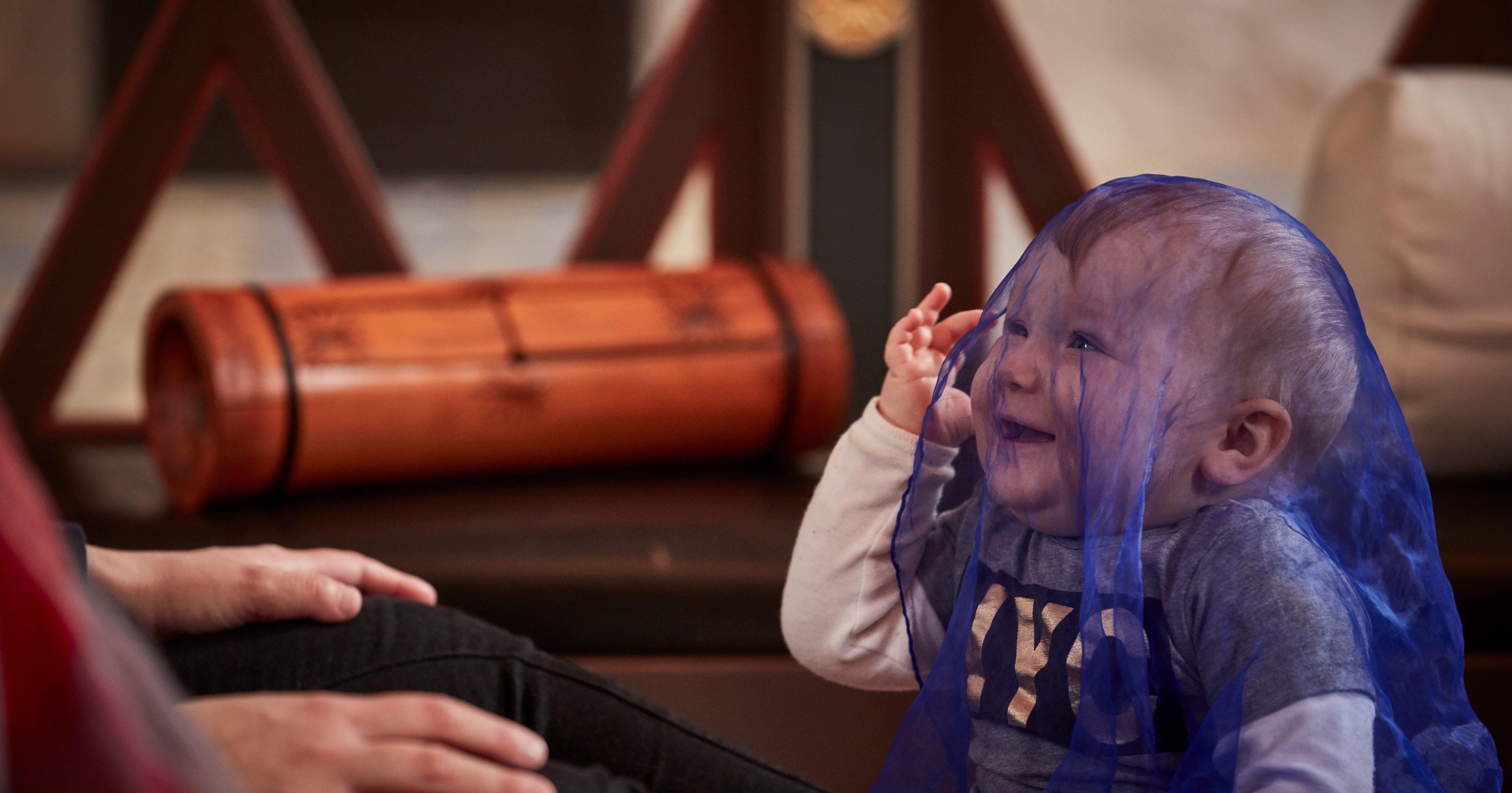 Baby med sansetørklæde
