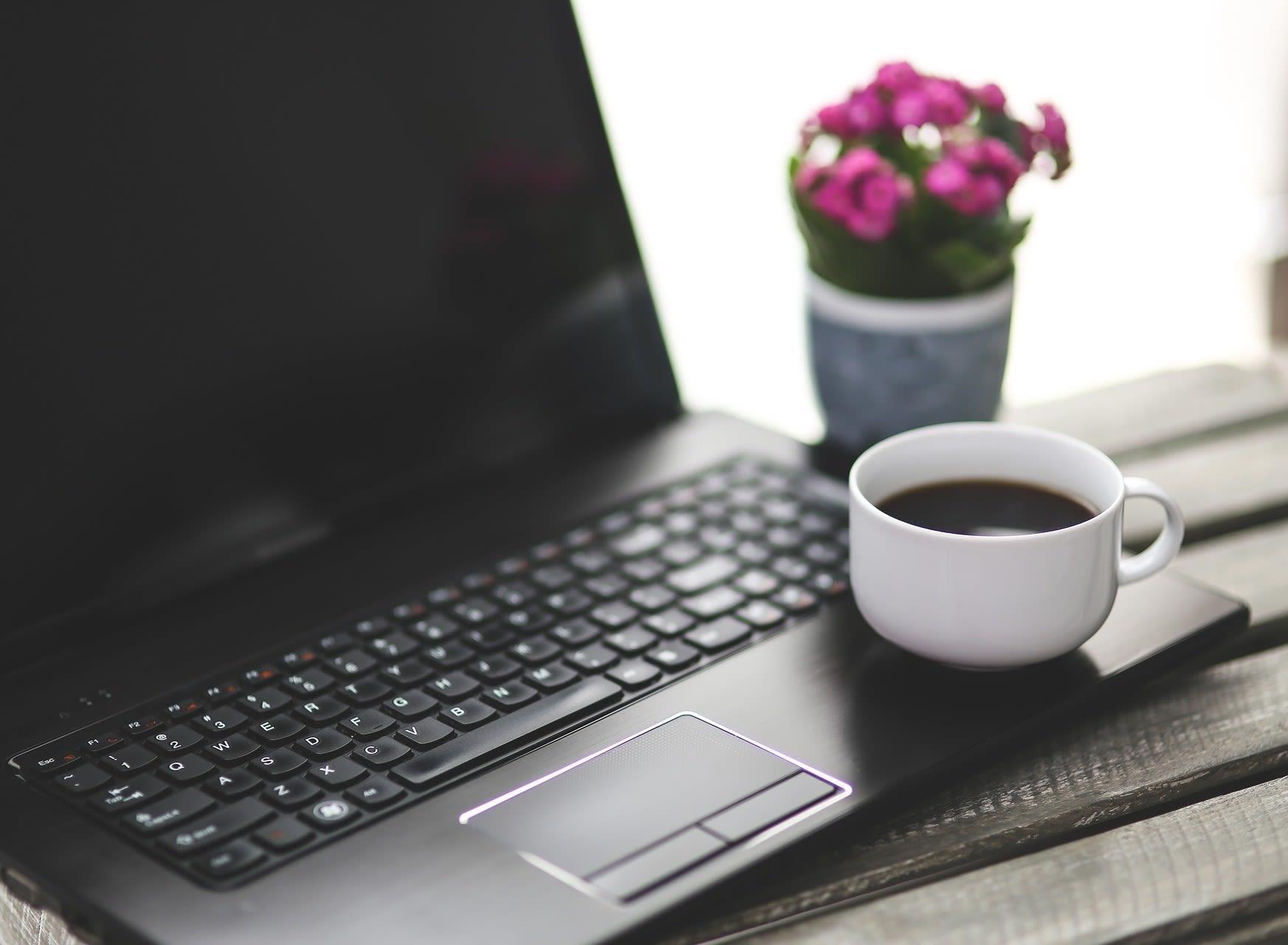 Kaffepause med computer