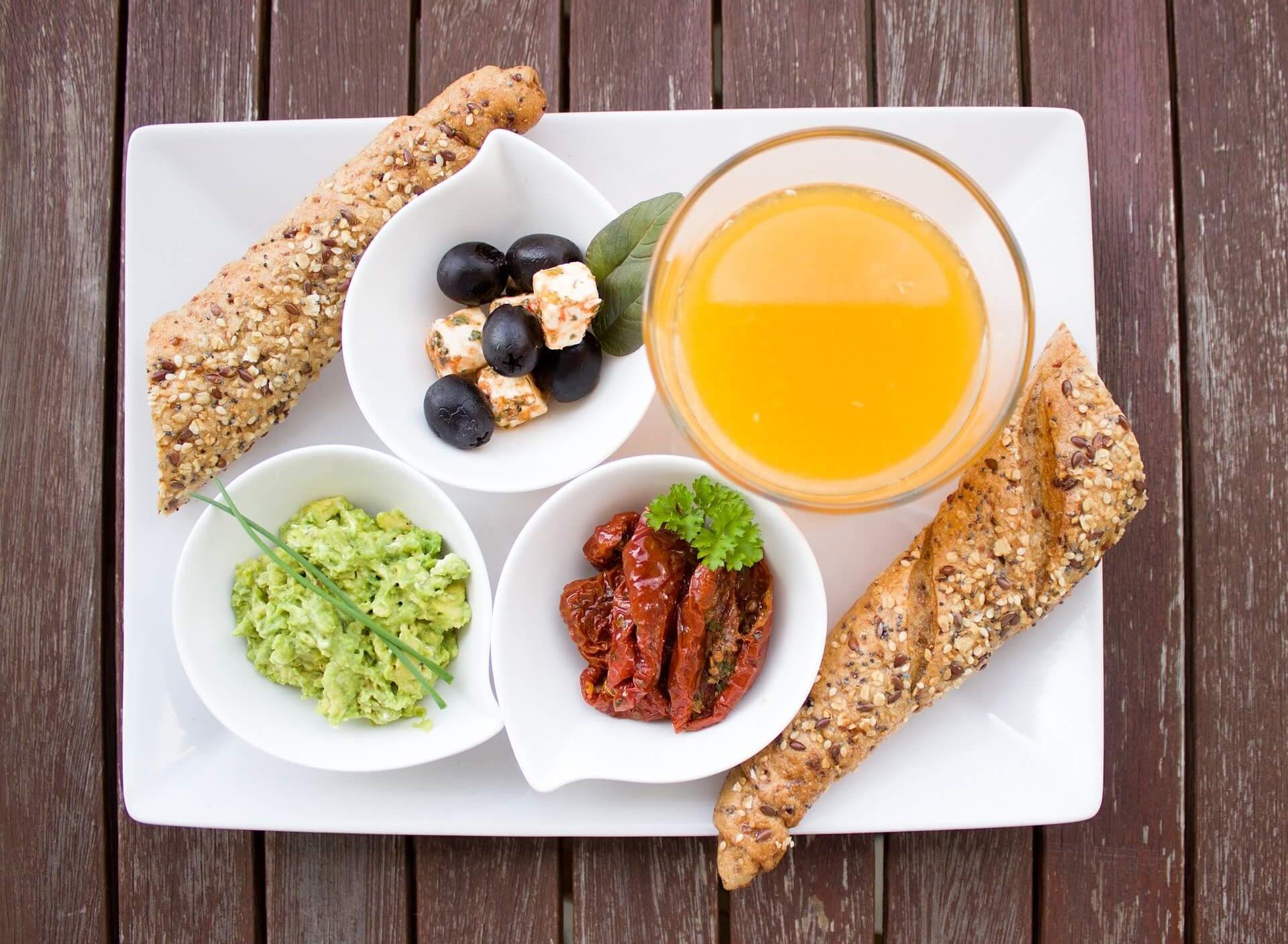 Morgenmad appelsinjuice og brød