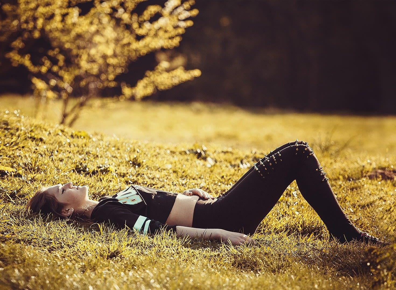 Pige ligger i græsset
