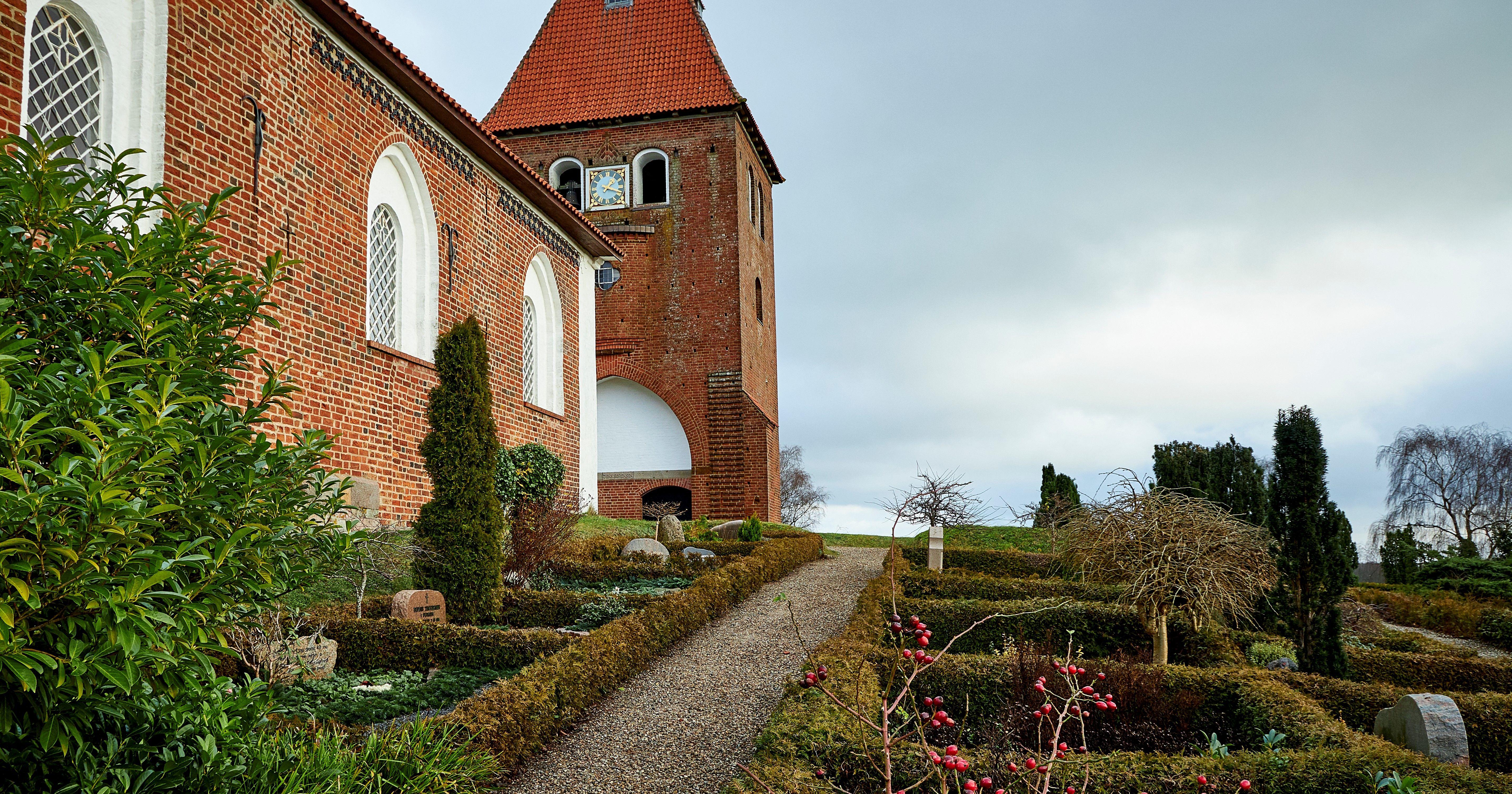Kirkegården + kirke